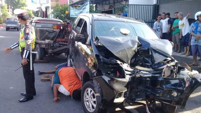 Mobil Dikemudikan Anggota TNI Tabrak Gerobak Sampah Dan Pohon Di Kota Blitar