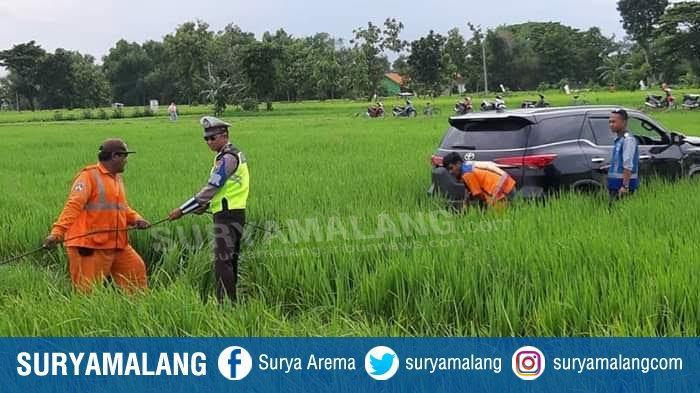 Mobil Toyota Fortuner Masuk Sawah, Terobos Kawat Pembatas Tol Madiun- Ngawi Karena Sopir Ngantuk