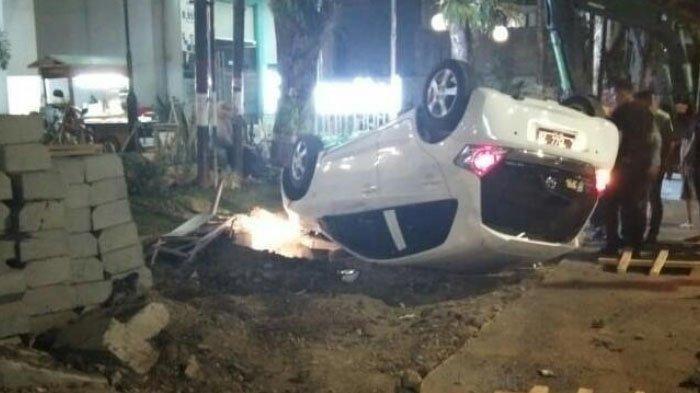 Sopir Ngantuk, Mobil Honda Brio Tabrak Motor dan Terbalik di Gresik