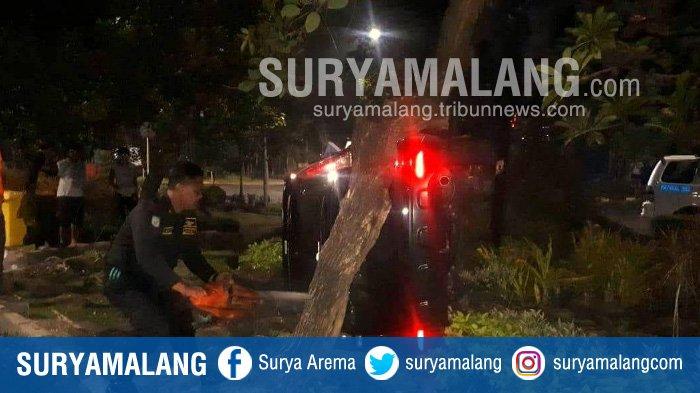 Mobil Terbalik, Pengemudi Wanita Celaka di Jalan Jemursari Surabaya