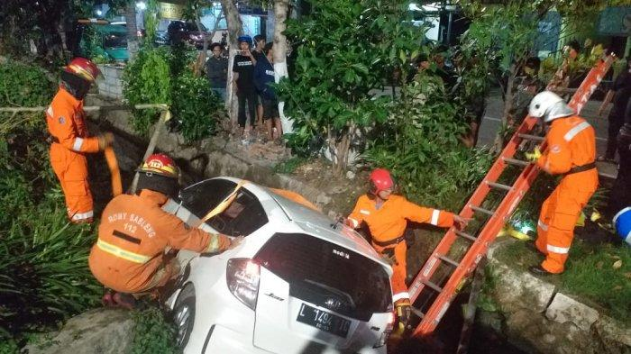 Honda Jazz Tercebur ke Parit di Surabaya, Polisi Sebut Sopir Mabuk dan Dikenai Sanksi Tilang