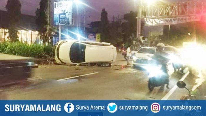 Mobil Honda Mobilio Terguling di Jalan Raya Balearjosari Malang, Kondisi Berisi 5 Orang