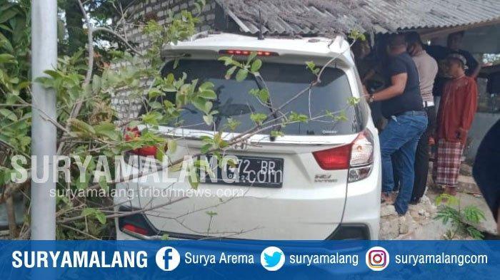 Sopir Ngantuk, Mobil Honda Mobilio Tabrak Pos Ronda dan Toko di Jalan Raya Ceguk, Pamekasan