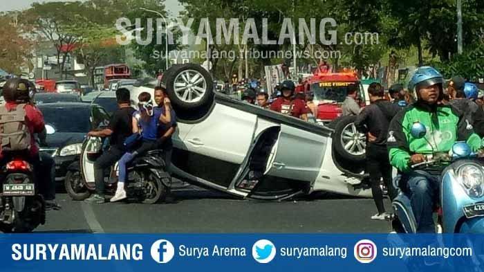 Tabrak Mobil Berhenti, Mobil Outlander Terbalik di Sekitar Waduk Unesa Surabaya