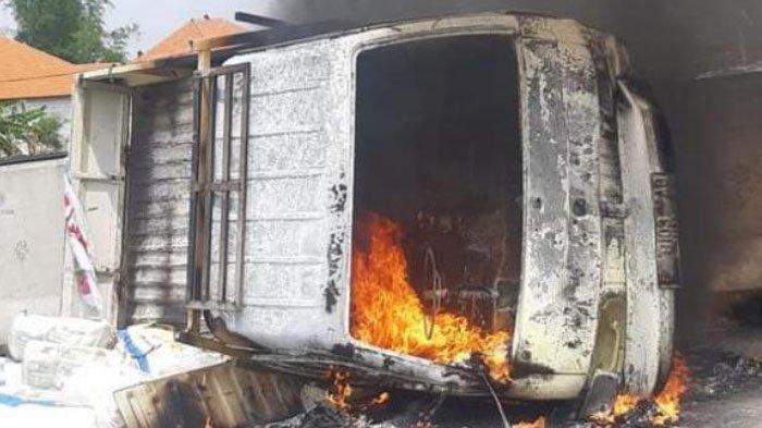 Mobil Pikap Terguling dan Terbakar di Tol Sumo