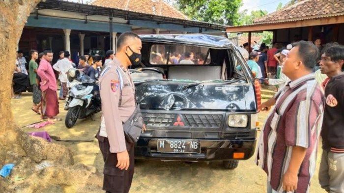 Kondisi mobil pikap seusai terguling di Jalan Palesanggar, Pegantenan, Pamekasan, Madura, Rabu (2/6/2021) pukul 09.30 WIB.