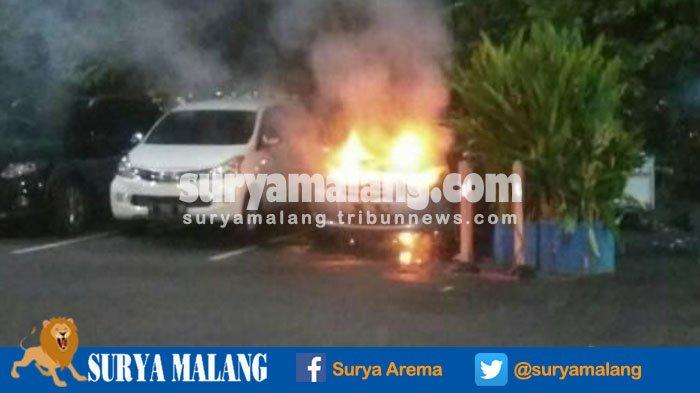BREAKING NEWS - Mobil Toyota Yaris Terbakar di Parkiran Bandara Juanda