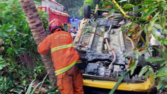 Ngebut dan Pengemudi Main HP, Mobil Agya Terbalik Seusai Tabrak Pembatas Jalan Ir Soekarno, Surabaya