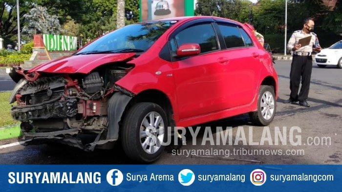 Dokter Ngantuk, Mobil Toyota Yaris Tabrak Pembatas Jalan di Depan Gereja Ijen, Kota Malang