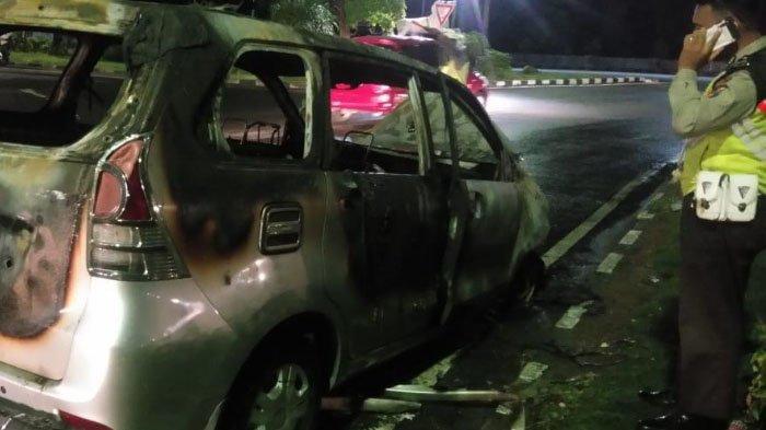 Mobil Xenia Terbakar di Exit Tol Sidoarjo