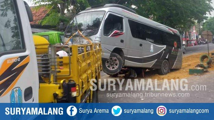 Angkut Rombongan Pengantin, Mobil Tabrak Median Jalan Trunojoyo, Pamekasan