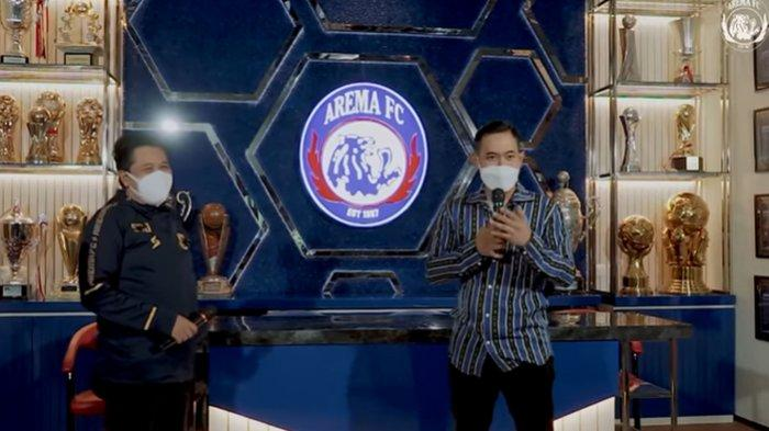 Presiden Arema FC, Gilang Widya Pramana dan MO Arema FC, Sudarmaji saat peresmian museum mini Arema FC, Minggu (1/8/2021)