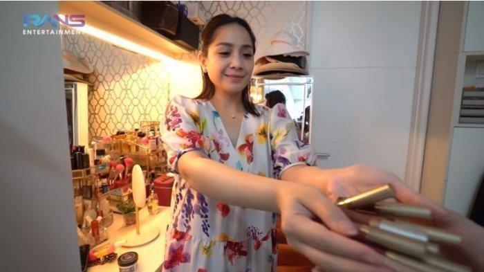 Nagita Slavina bagi-bagi alat makeup ke karyawan RANS
