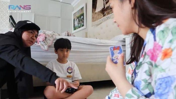 Nagita Slavina bermain bersama Lala dan Rafathar