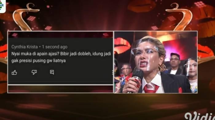 Nikita Mirzani membaca komentar netizen