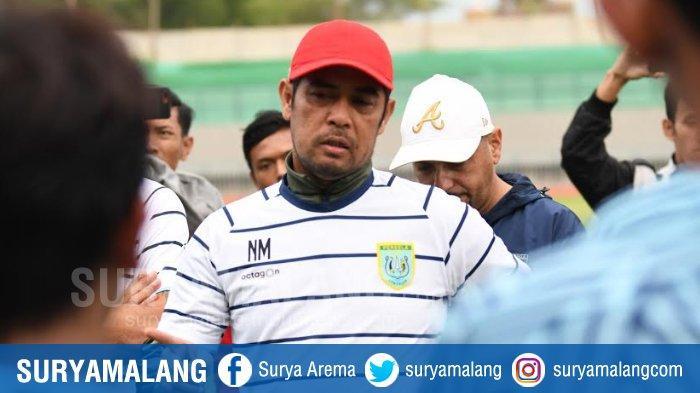 Pelatih Persela, Nil Maizar saat memimpin latihan tim.