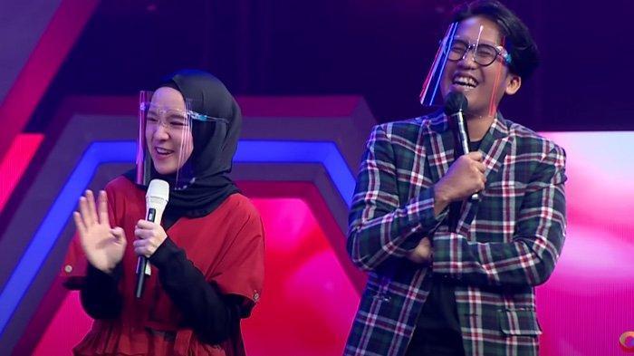 Nissa Sabyan (kiri) di panggung Voice Ramadan bersama Ayus (kanan)