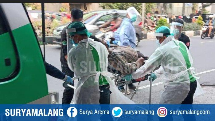 ODGJ Berbaring di Depan Mini Market di Malang, Ujung -Ujungnya Diangkut Ambulan