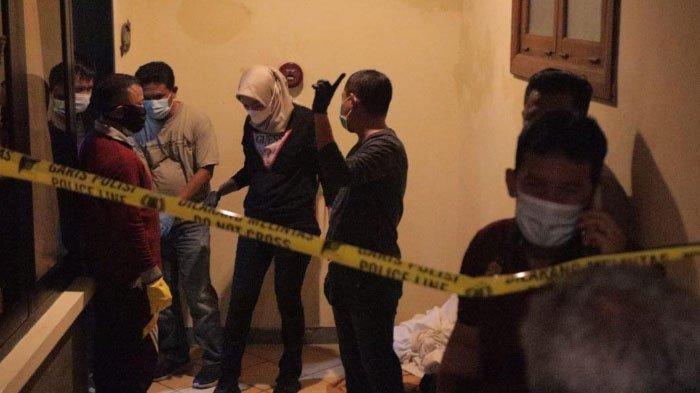 Olah TKP kasus pembunuhan cewek asal Bandung, Mira Yura (17) di kamar Hotel Lotus Kediri.