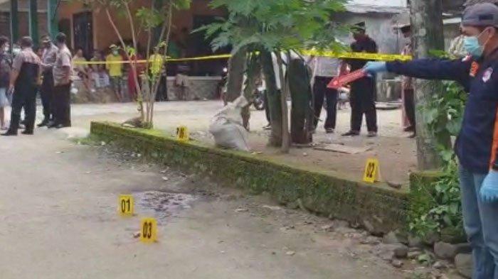 Olah TKP pembunuhan ayah kandung di Desa Kertosono, Kecamatan Panggul, Trenggalek, Senin (15/2/2021).