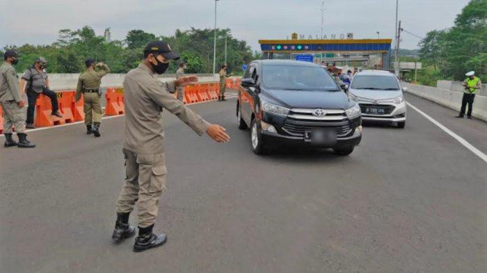 Petugas saat memberhentikan mobil plat luar rayon Malang Raya dalam Operasi Penyekatan Mudik Lebaran 2021 di pintu tol Malang, Jumat (7/5/2021).