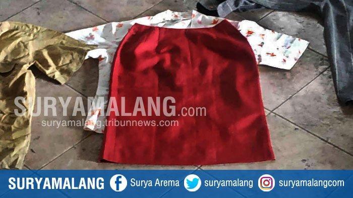 Pakaian perempuan berupa rok berwarna merah dan hem putih dengan motif bunga merah yang diduga pakaian korban pembunuhan mutilasi di di Matahari Pasar Besar kota Malang