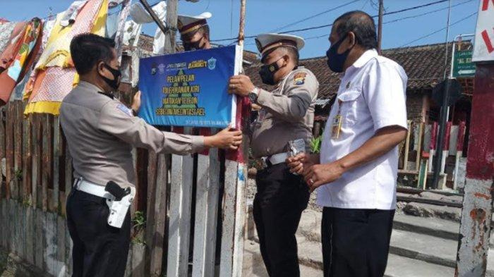 Satlantas Polresta Malang Kota Pasang Papan Imbauan di Perlintasan Kereta Api Tanpa Palang Pintu