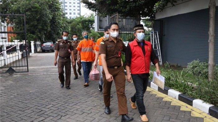 Tersangka Korupsi Kredit Fiktif Bank Jatim Kepanjen Malang Jalani Pelimpahan Kasus di Kejati Jatim