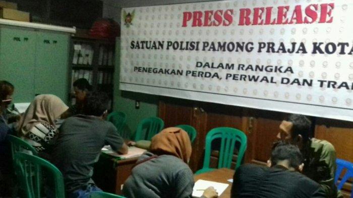 Bulan Ramadan, Satpol PP Kota Kediri Panen Tangkapan Pasangan Bukan Suami Istri di Kamar Kos