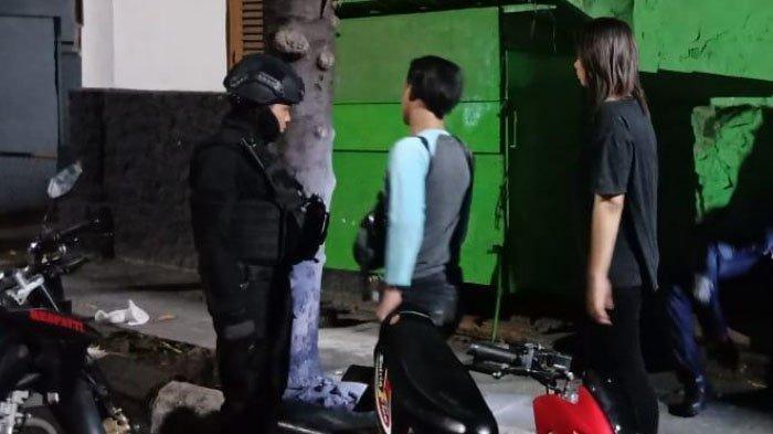 Galau Tengah Malam, Gadis Ini Ajak Pacarnya Pesta Miras di Pinggir Jalanan Surabaya