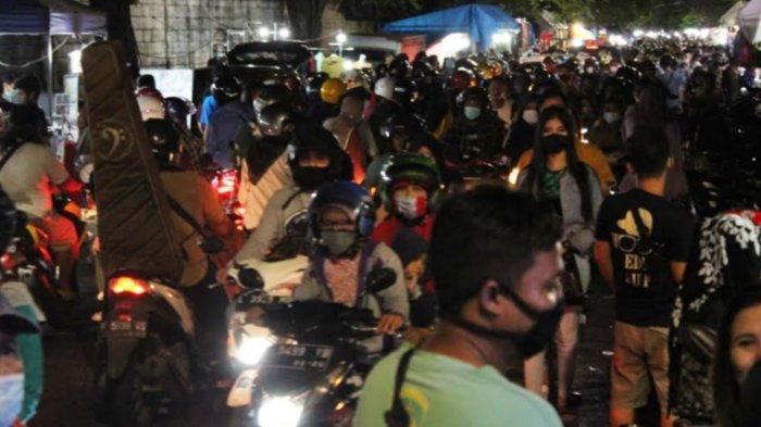 Ribuan orang memadati Pasar Tumpah Siwalankerto. Adanya larangan mudik membuat mereka (warga yang tinggal di Surabaya) lebih memilih untuk menikmati suasana malam takbiran sembari jalan-jalan untuk refresing. Rabu (12/5/21).