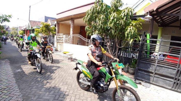 Polri danTNI Patroli Bersama Rumah Kosong Yang Ditinggal Mudik Antisipisi Kejahatan Di Pasuruan