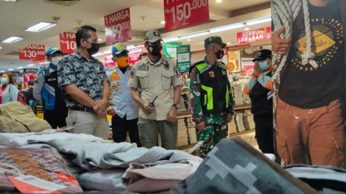 Satpol PP Kota Malang Halau Kerumunan Masyarakat di Tempat Perbelanjaan