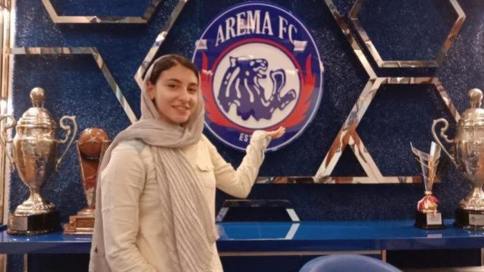 Aremanita Asli Iran Sowan ke Kandang Singa, Pebulutangkis Cantik Ini Jatuh Cinta dengan Arema FC