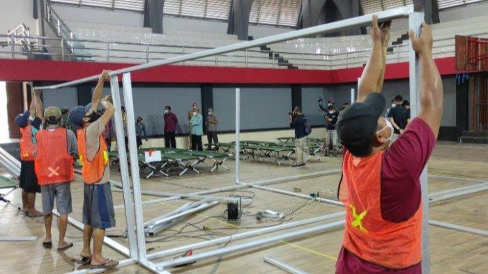 Pekerja Mulai Bangun Ruang Perawatan RS Lapangan di GOR Soekarno-Hatta Kota Blitar