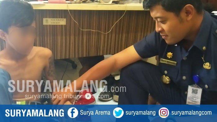 Satpol PP Mojokerto Tangkap Pelajar SMA Bertato Tengkorak yang Sedang Bolos Sekolah