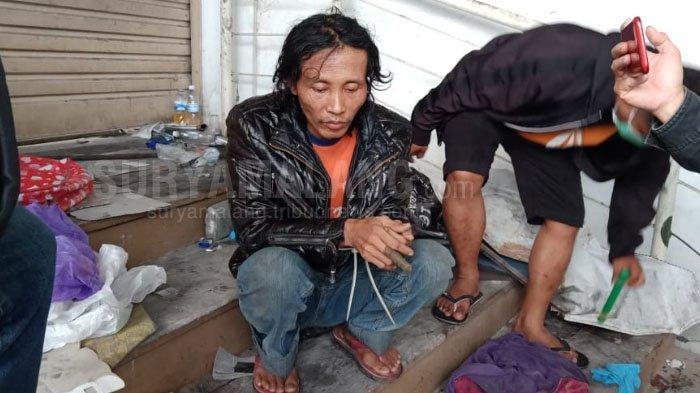 Sugeng, terduga pelaku mutilasi di Kota Malang, sesaat setelah ditangkap anggota polisi, Rabu (15/5/2019).