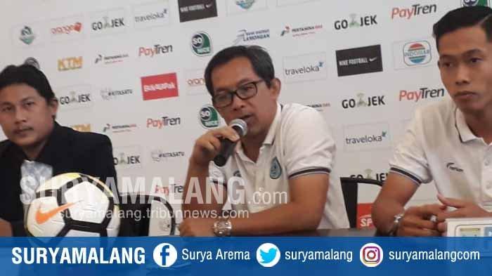 Aji Santoso Kritik Wasit Liga 1, Insiden Kartu Merah dan Lelucon 12 Pemain di Lapangan