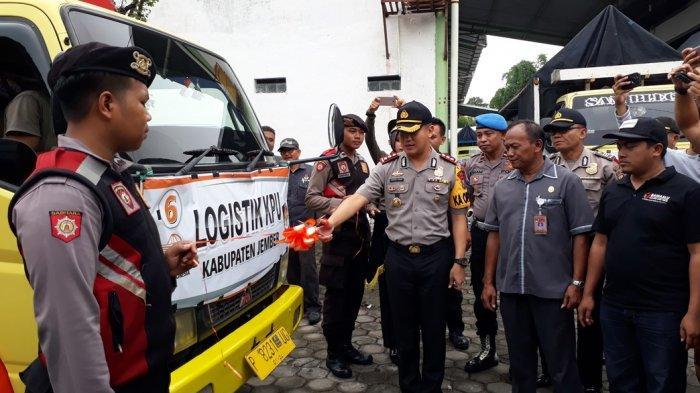Distribusi Logistik Pemilu Di Jember Mendapat Pengawalan Ketat Petugas Kepolisian Ke Kecamatan