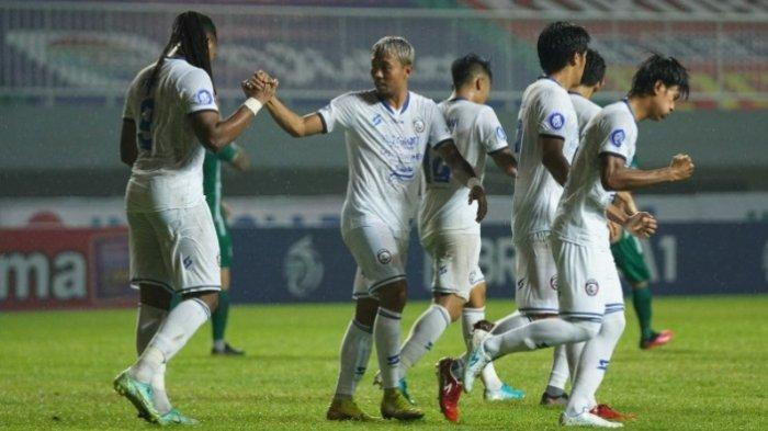 Pemain Arema FC saat menelan kekalahan dalam laga melawan PSS Sleman di pekan ketiga Liga 1 2021.