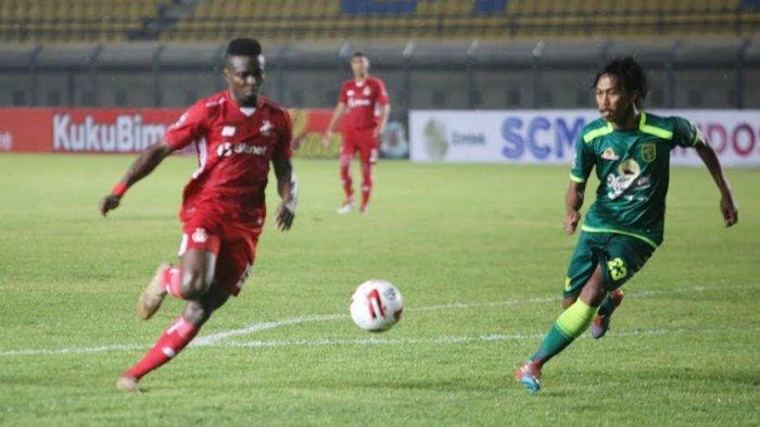 Atcha Abdi Rofiou saat bermain lawan Persebaya Surabaya di Stadion Si Jalak Harupat Bandung Piala Menpora 2021