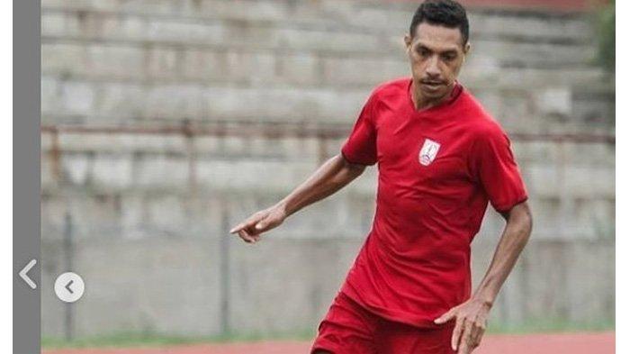 Pemain Persis Solo, Delvin Rumbino, sedang berlatih