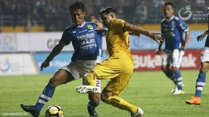 Pemain Sriwijaya FC Esteban Vizcarra berusaha melewati pemain Persib Henhen Herdiana dalam laga pekan kedua Liga 1 di Stadion Gelora Sriwijaya, Jakabaring, Palembang, Minggu (1/4/2018)