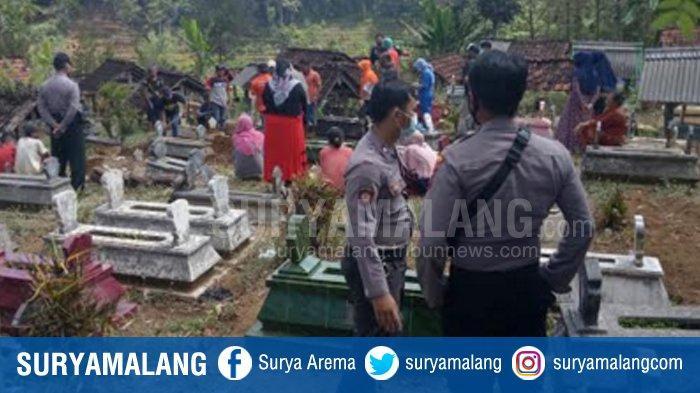 Pemakaman Korban Pengeroyokan di Desa Nyawangan, Kecamatan Sendang Tulungagung Dikawal Ketat Polisi