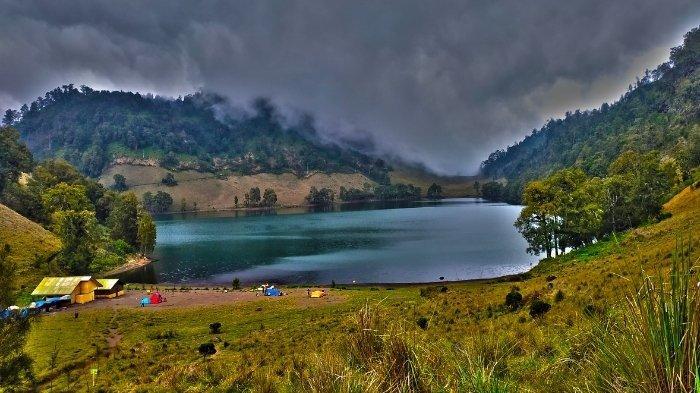 Pemandangan Ranu Kumbolo di Gunung Semeru: cara booking online pendakian Gunung Semeru