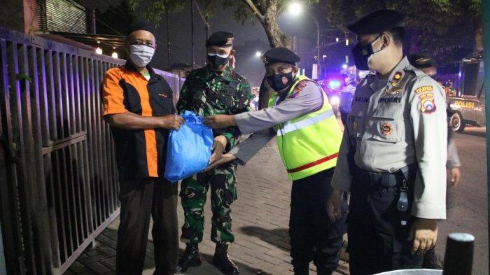 Patroli di Malam Idul Adha, Polresta Malang Kota Bagikan Bantuan Sembako Kepada Masyarakat