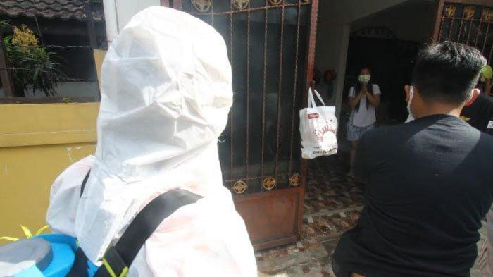 UMM Bagi Paket Buat Isoman Covid-19 dan PKL Kota Malang