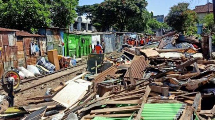 Bahayakan Perjalanan KA, PT KAI Daop 8 Surabaya Lakukan Pembongkaran Bangunan Liar di Klojen Malang