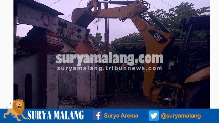 BREAKING NEWS : Warga Tak Melawan Melihat Ekskavator Robohkan Bangunan di Eks Lokalisasi Semampir