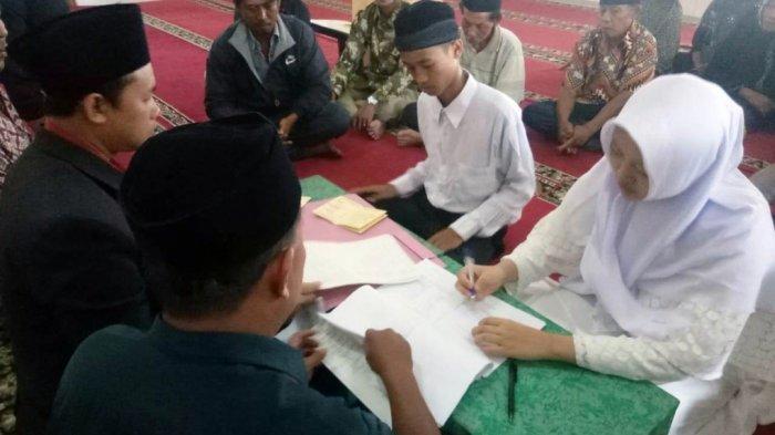 Pasangan Pembuang Bayi Menikah Di Masjid Polres Jombang,  Suasana Haru Saat Ijab Kabul Diucapkan